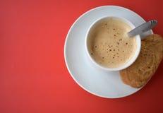 Xícara de café em um fundo vermelho imagens de stock royalty free