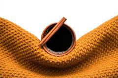 Xícara de café envolvida no lenço da mostarda foto de stock
