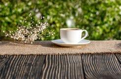 Xícara de café exterior em uma tabela de madeira Fotos de Stock Royalty Free