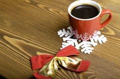 Xícara de café, floco de neve e curva do Natal Fotos de Stock