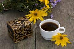 Xícara de café, flores selvagens, caixão e flor amarela, ainda lif Fotos de Stock
