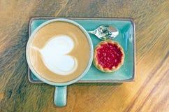 Xícara de café, forma do coração com biscoito Fotos de Stock Royalty Free