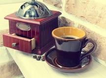 Xícara de café, moedor de café Ainda vida 1 Fotos de Stock Royalty Free