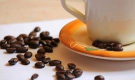 Xícara de café na laranja imagem de stock