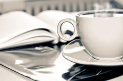 Xícara de café na mesa no escritório Imagens de Stock