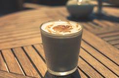 Xícara de café na tabela de madeira Fotografia de Stock Royalty Free