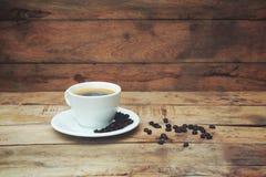 Xícara de café na tabela de madeira fotografia de stock