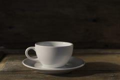 Xícara de café na tabela de madeira do grunge no estilo do vintage Foto de Stock