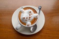 Xícara de café, na tabela de madeira, fim acima Imagens de Stock