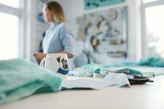 Xícara de café na tabela do ` s do alfaiate na oficina fotografia de stock
