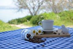 Xícara de café na tabela de madeira imagem de stock royalty free