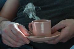 Xícara de café nas mãos do homem imagens de stock royalty free