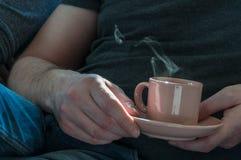 Xícara de café nas mãos do homem Fotografia de Stock