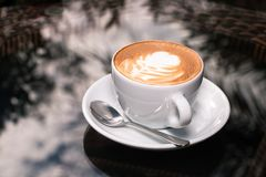 Xícara de café no fundo da tabela Fotos de Stock Royalty Free