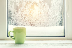 Xícara de café no peitoril da janela Imagem de Stock Royalty Free