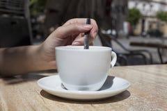Xícara de café no sol Imagens de Stock