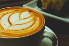 A xícara de café no café tem uma espuma bonita do leite Imagem de Stock Royalty Free