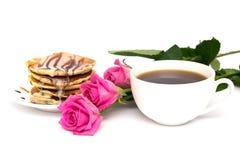Xícara de café, panquecas e rosas Imagens de Stock