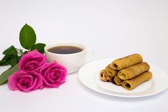 Xícara de café, panquecas e rosas Fotografia de Stock Royalty Free