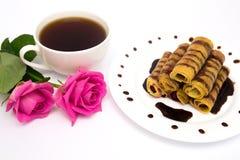 Xícara de café, panquecas e rosas Fotos de Stock Royalty Free