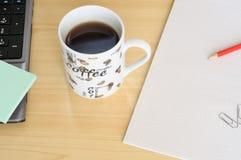 Xícara de café, perto de um portátil Imagens de Stock Royalty Free