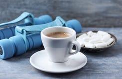 Xícara de café, pesos e cápsulas da Beta-alanina no fundo de madeira azul fotos de stock royalty free