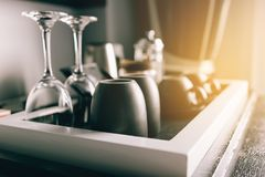 Xícara de café que coloca em uma tabela pequena de madeira na sala de hotel Imagem de Stock