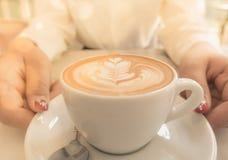 Xícara de café quente do Latte fotografia de stock