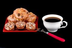 Xícara de café, queques e cookies dos pedaços de chocolate em uma placa vermelha Fotos de Stock Royalty Free