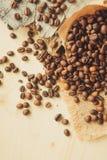 Xícara de café, saco e colher no fundo oxidado velho fotografia de stock