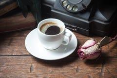 A xícara de café, seca o telefone cor-de-rosa e velho Foto de Stock Royalty Free