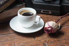 A xícara de café, seca o telefone cor-de-rosa e velho Imagens de Stock Royalty Free
