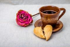 A xícara de café, secada aumentou, cookies do coração quebrado Imagem de Stock