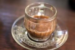 Xícara de café sobre a plantação borrada da árvore de café com iluminação do sol Ilha tropical de Bali, Indonésia Bali autêntico Imagens de Stock Royalty Free