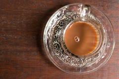 Xícara de café sobre a plantação borrada da árvore de café com iluminação do sol Ilha tropical de Bali, Indonésia Bali autêntico Foto de Stock Royalty Free