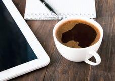 Xícara de café, tabuleta e caderno Fotos de Stock Royalty Free