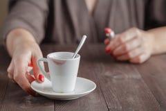 Xícara de café vazia com traços do batom Imagens de Stock Royalty Free