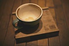 Xícara de café vazia no estilo de madeira do vintage da pousa-copos Fotografia de Stock