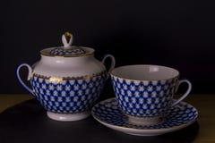 Xícara de chá da porcelana do russo do vintage e açucareiro, fundo preto isolado, copo do estilo do russo Imagem de Stock Royalty Free