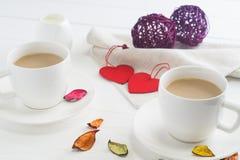 Xícaras de café brancas dos pares no fundo de madeira branco Imagem de Stock Royalty Free