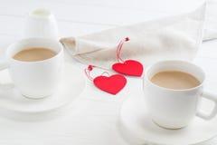 Xícaras de café brancas dos pares no fundo de madeira branco Imagens de Stock Royalty Free