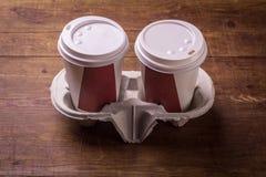 Xícaras de café de papel no fundo de madeira foto de stock royalty free