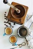 Xícaras de café, potenciômetro do café e moedor de café Fotografia de Stock