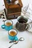 Xícaras de café, potenciômetro do café e moedor de café Fotos de Stock