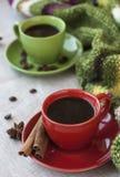 Xícaras de café verdes e vermelhas com café Bence, estrela do anis Foto de Stock