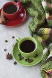 Xícaras de café verdes e vermelhas com café Bence, estrela do anis Fotografia de Stock Royalty Free