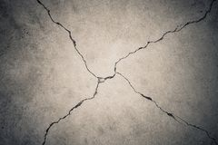 x形状的破裂的黄色水泥地板 免版税图库摄影