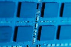 x的董事会电路关闭作用电子光芒 处理器、芯片和电容器 库存照片
