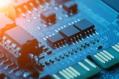 x的董事会电路关闭作用电子光芒 处理器、芯片和电容器 库存图片