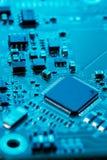 x的董事会电路关闭作用电子光芒 处理器、芯片和电容器 图库摄影